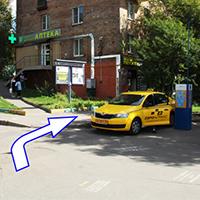 После перехода нужно повернуть направо и идти вдоль дома.